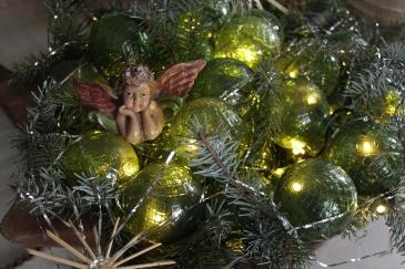 """Glaskugeln, so genannte """"target balls"""", in einer weihnachtlich dekorierten Schale, von innen beleuchtet"""